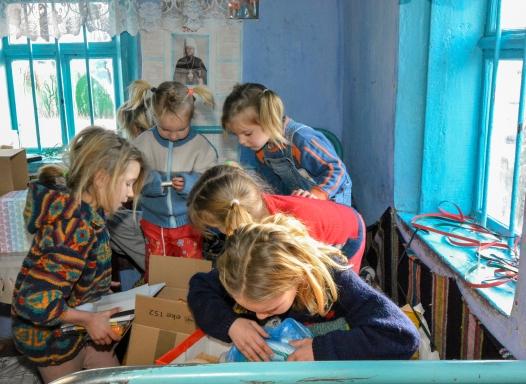 Moldawien, Schwestern beim Päckli öffnen